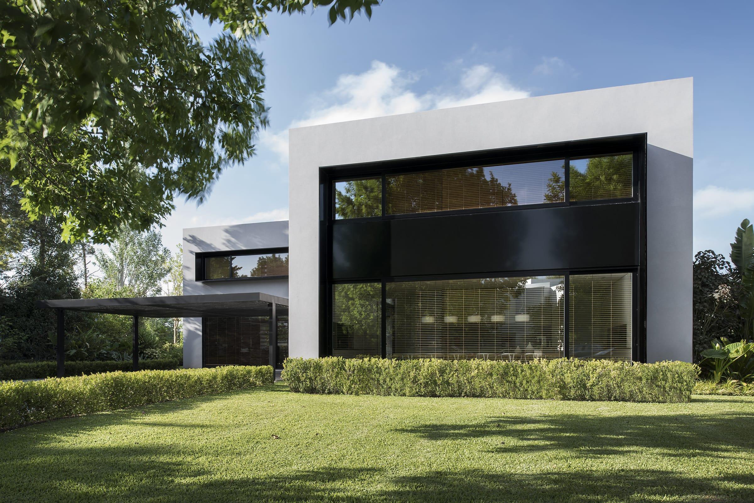 Grandes ventanales funden la construcción con el verde que rodea la casa