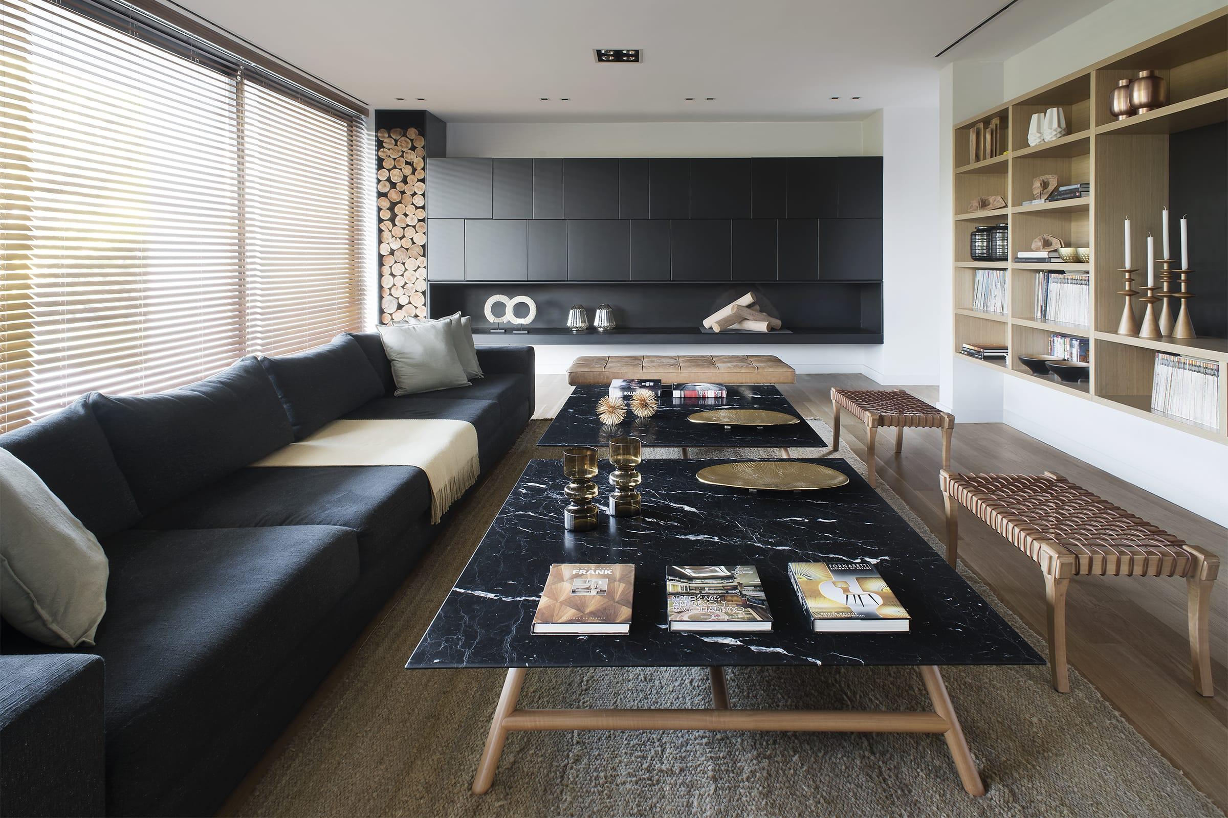 Los muebles adosados a la pared, sofá y mesas bajas son de diseño del Estudio especialmente para la casa.