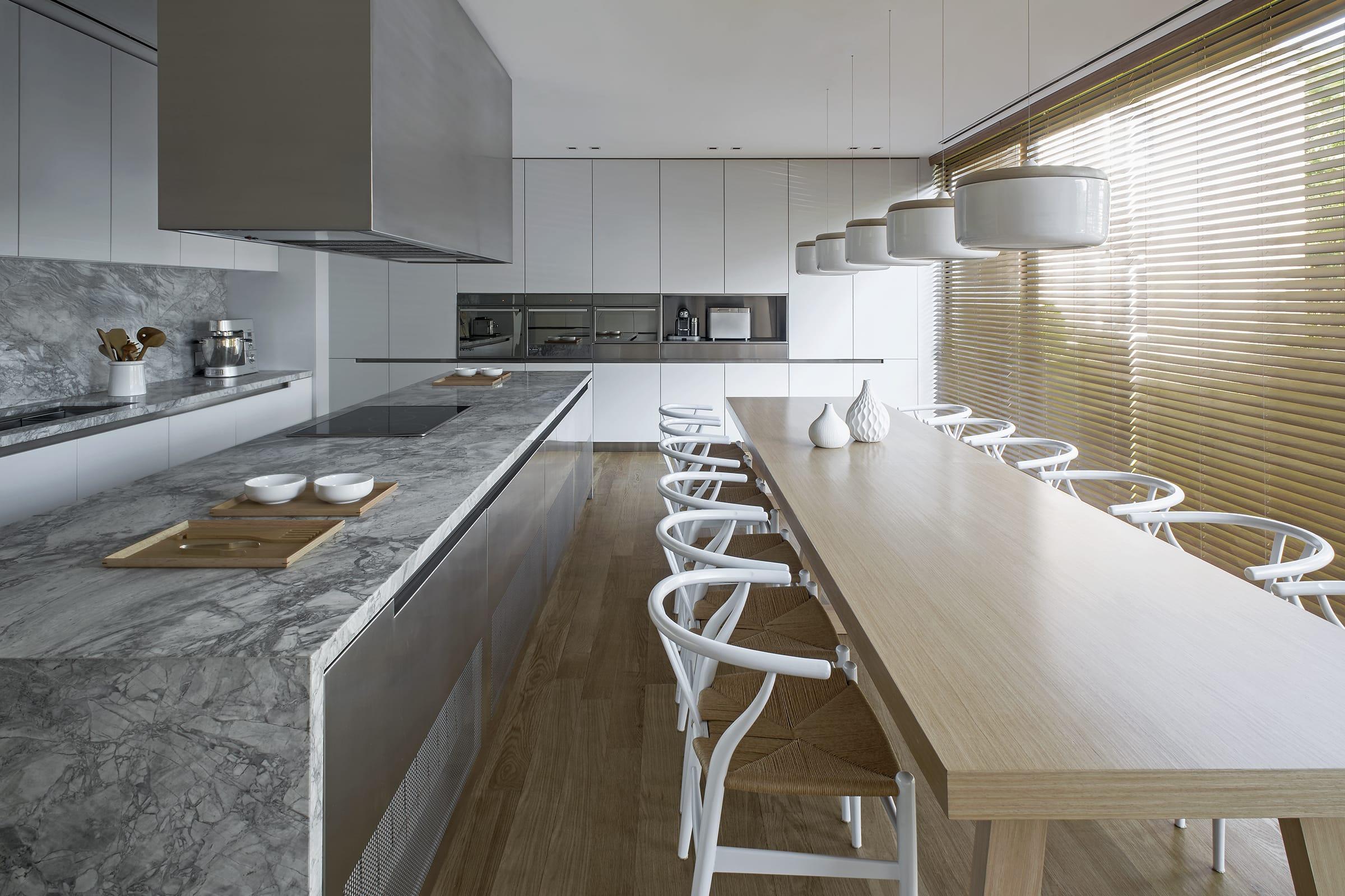 En la cocina se destaca una larga mesa, ideal para las reuniones familiares.