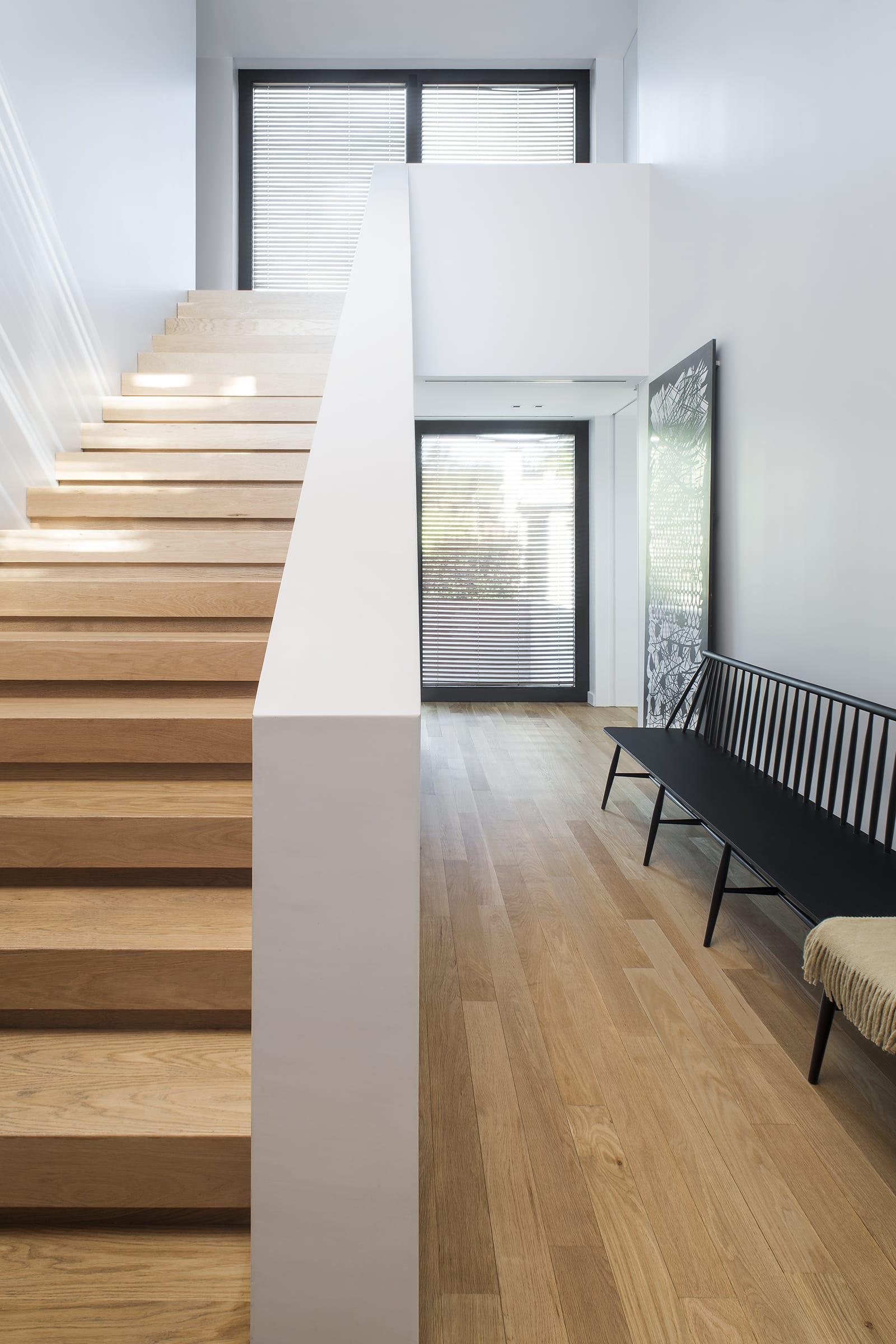 Una amplia escalera de peldaños de roble conduce a las habitaciones de la planta alta.