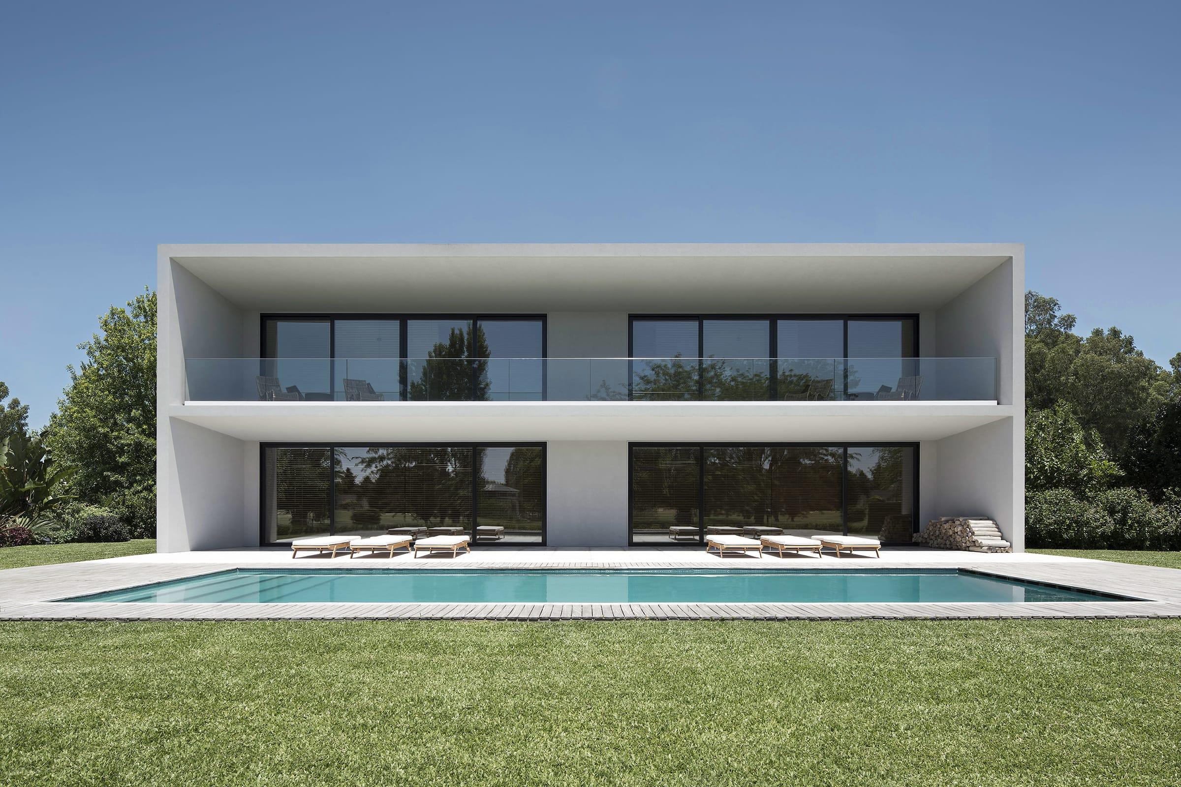 En el contrafrente, una galería corrida y sin columnas vincula el espacio social con la piscina y el jardín.