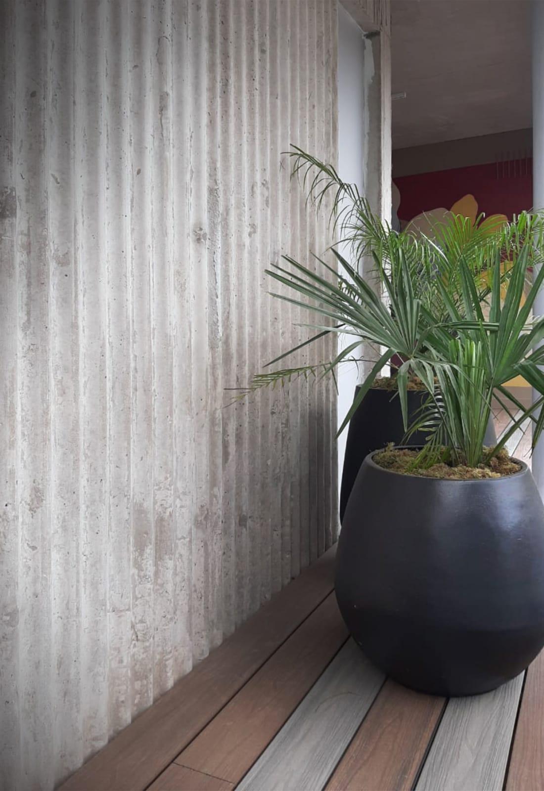 El piso exterior resistente es una combinación de Deck Fusion de Patagonia Flooring.