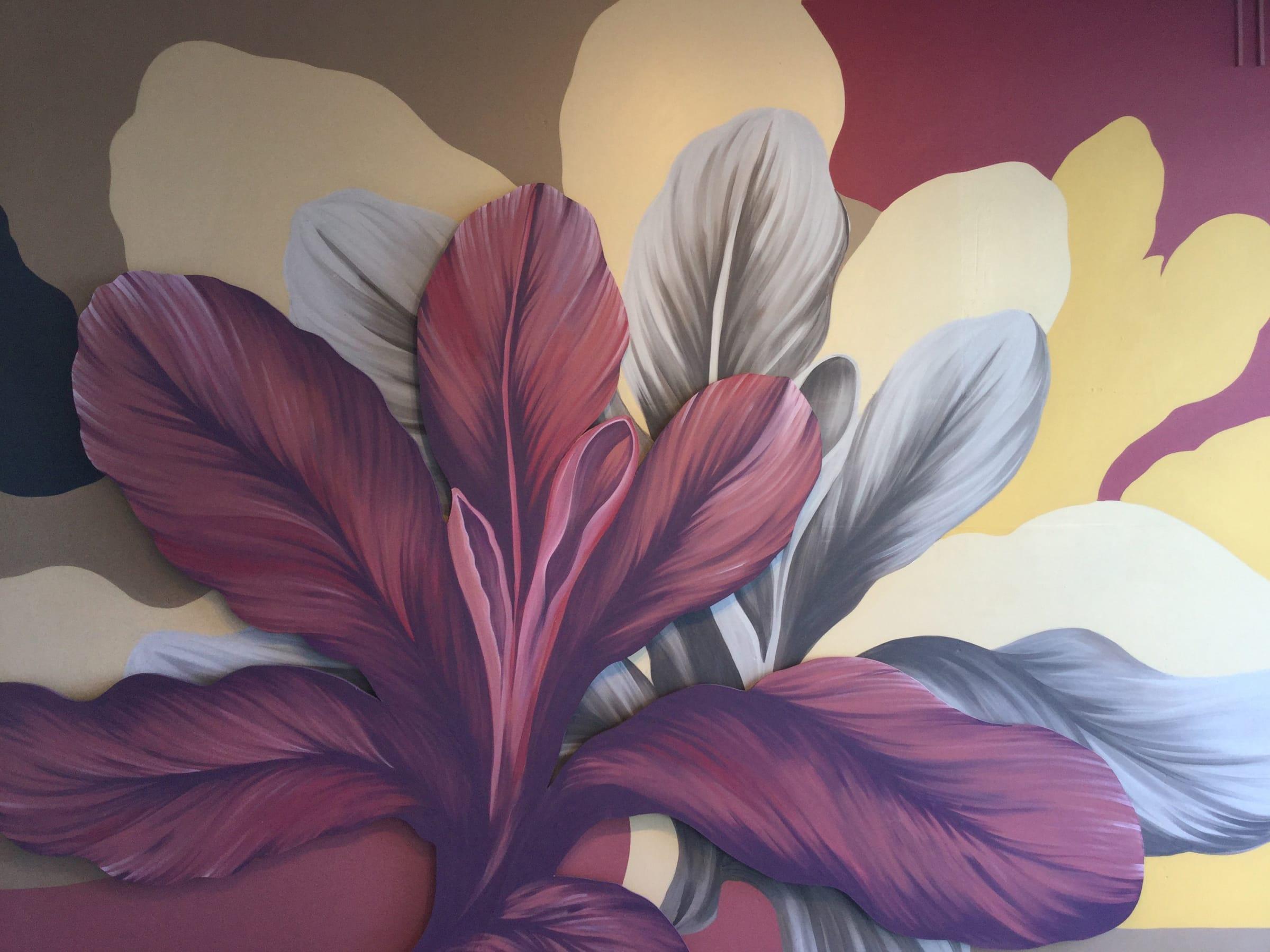 La naturaleza nativa del lugar inspira este mural con motivos florales, formas orgánicas y componentes geométricos.