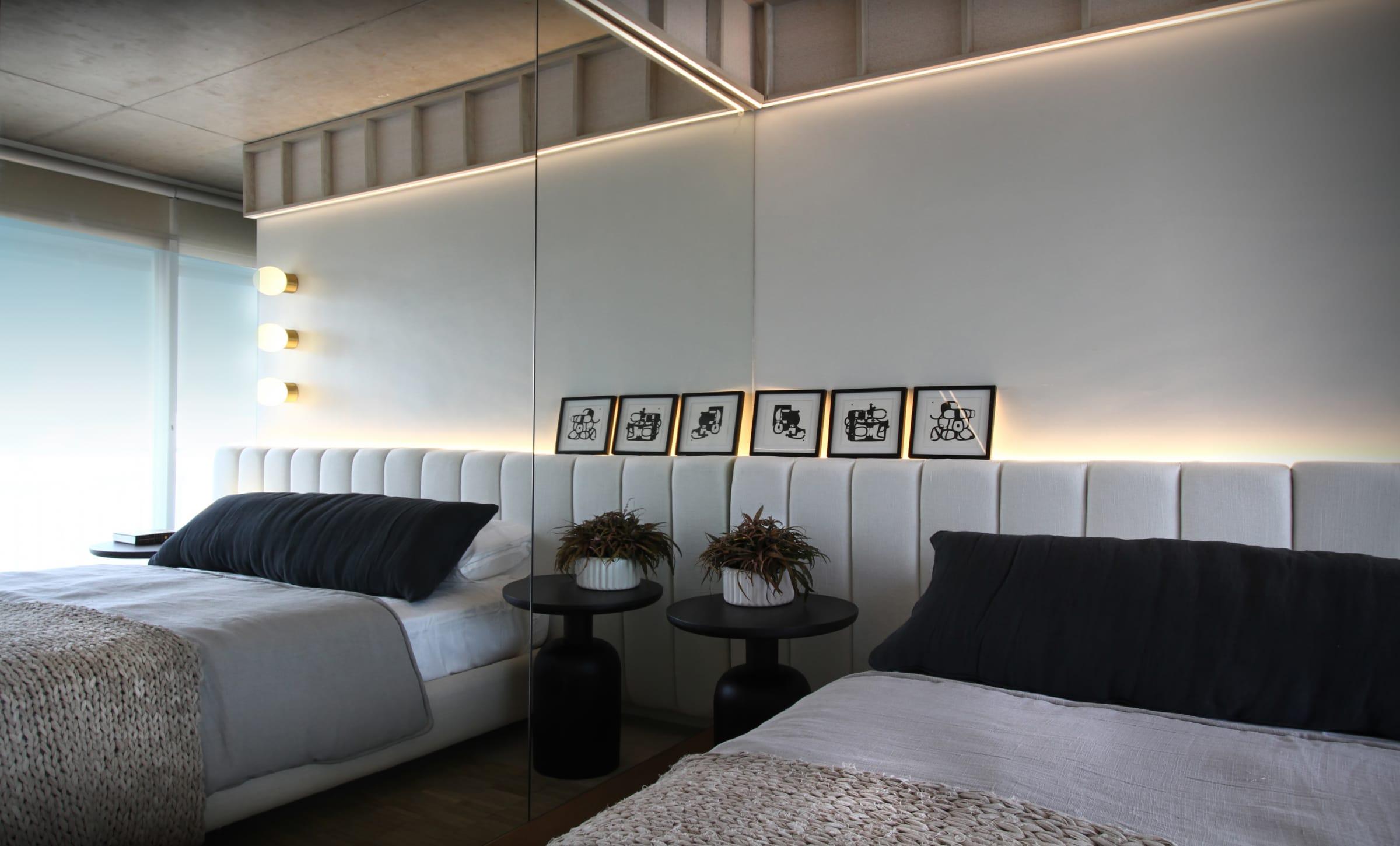 Un espejo integral amplía visualmente el dormitorio equipado para un descanso reparador (Rosen).