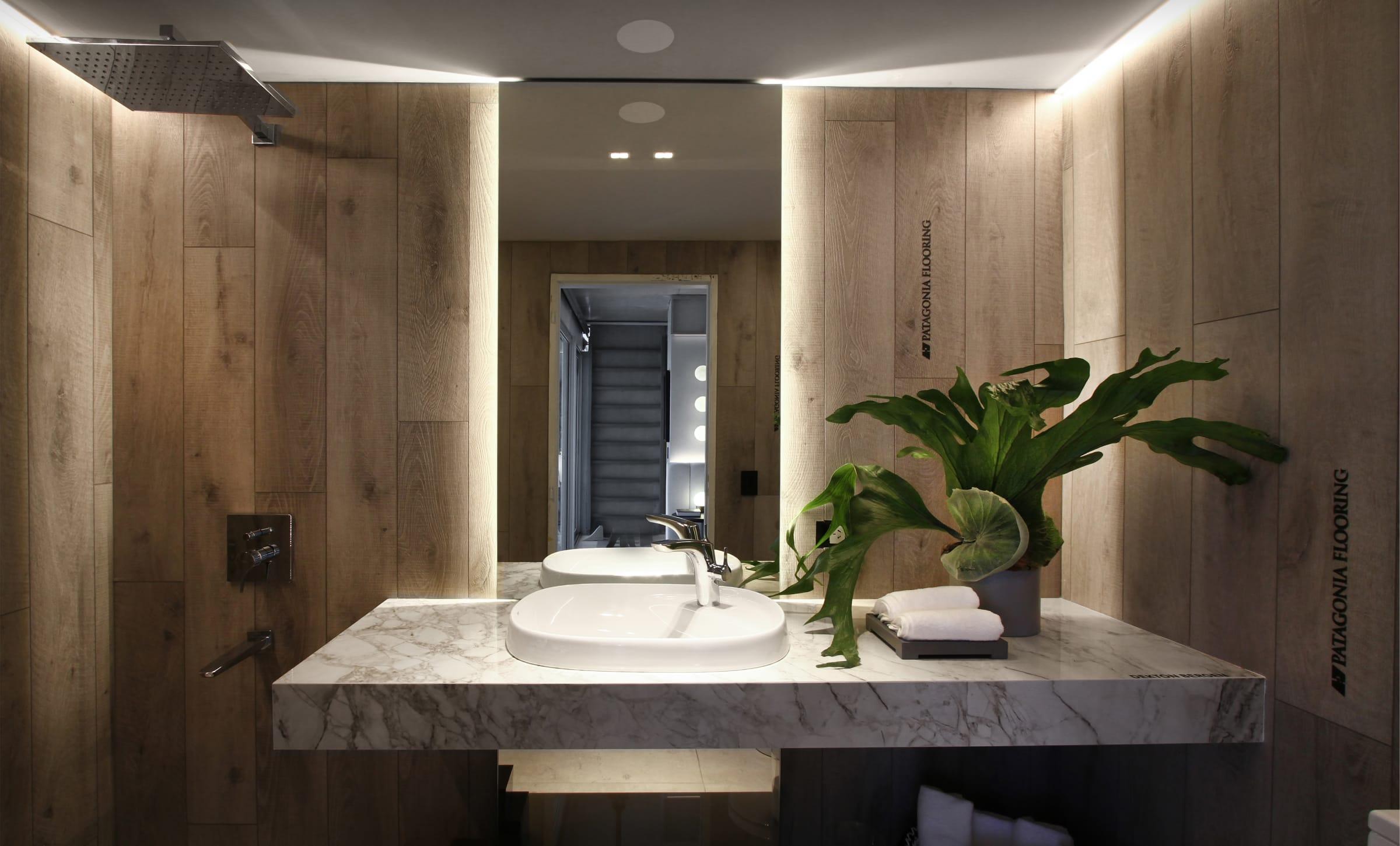Para este cuarto de baño, Viviana Melamed eligió el plato de ducha cuadrado Neo Daiquiri, el lavatorio de la línea Beyond y griferías Roca