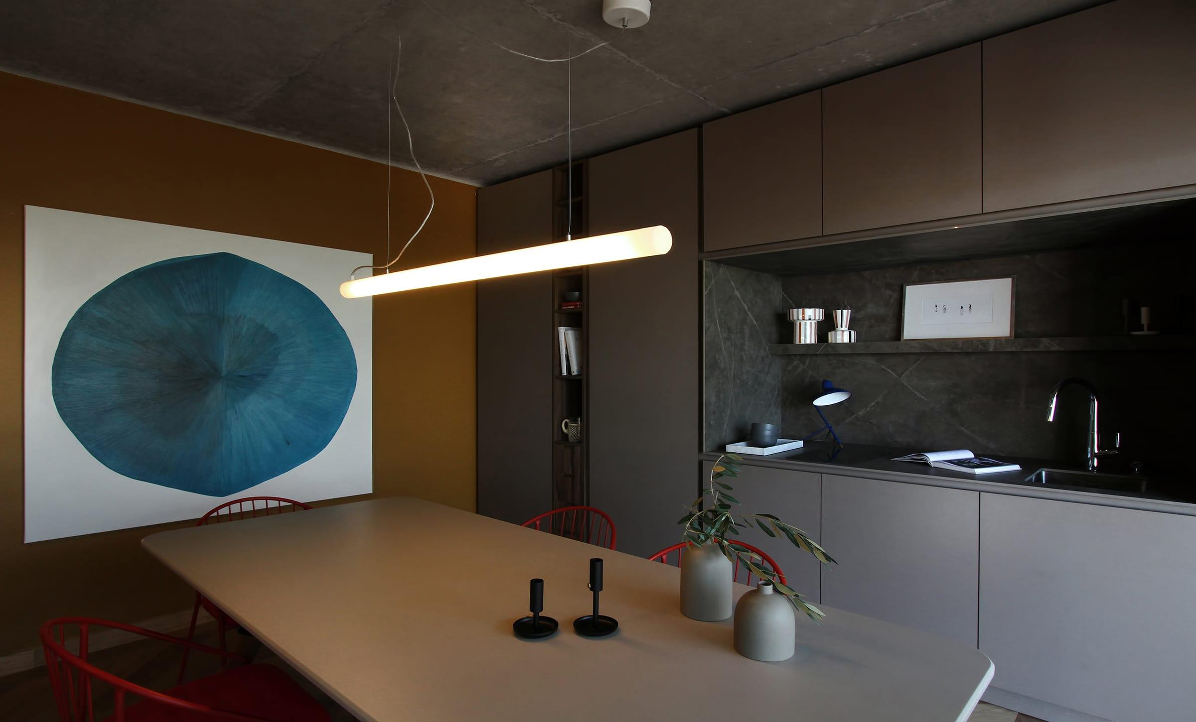 La cocina empotrada, totalmente revestida en Dekton color Kira (Canteras del Mundo) en tonos terrosos que contrastan con vetas en gris claro.