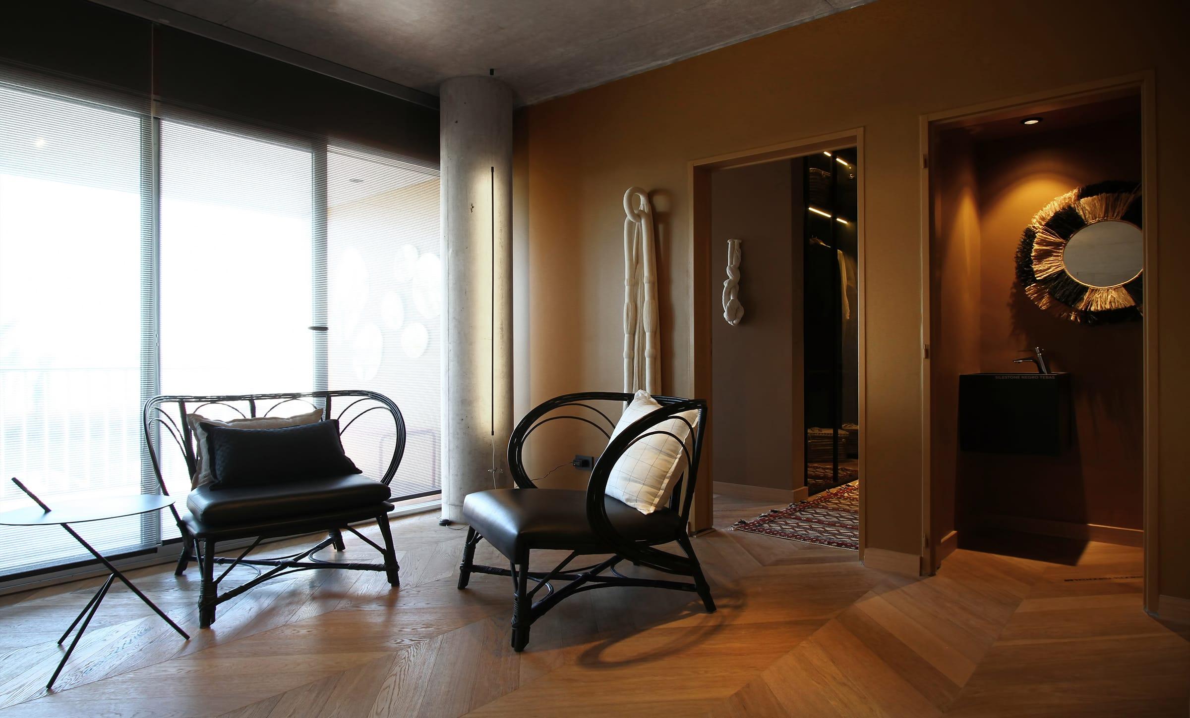 Las cortinas enrollables Tecnoroll Charm Grey (Rielamericano) tamizan la luz que ingresa por el amplio ventanal del estar.