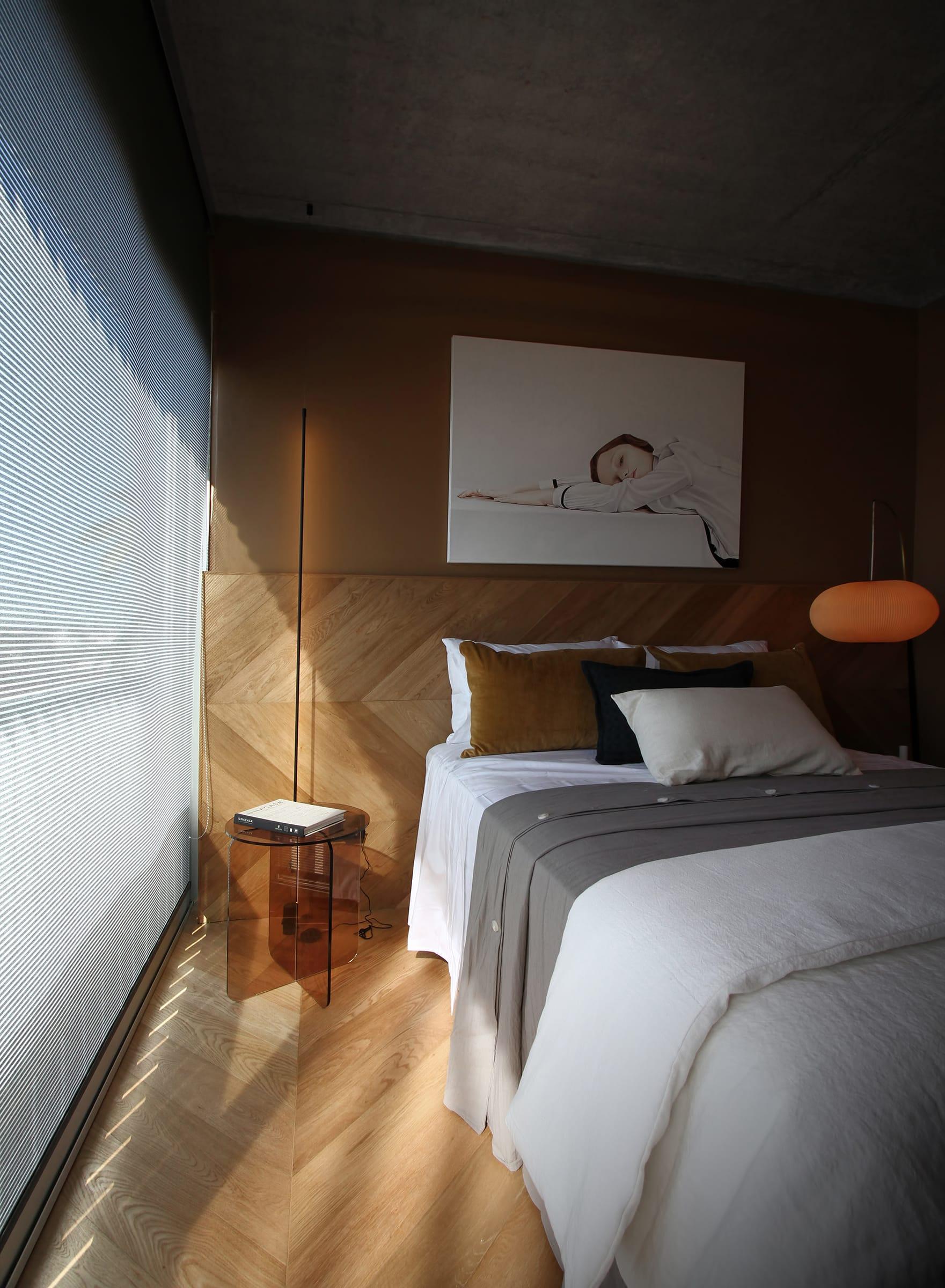 Las paredes revestidas con melamina Street (de Faplac) generan una continuidad visual con el cielo raso de hormigón a la vista