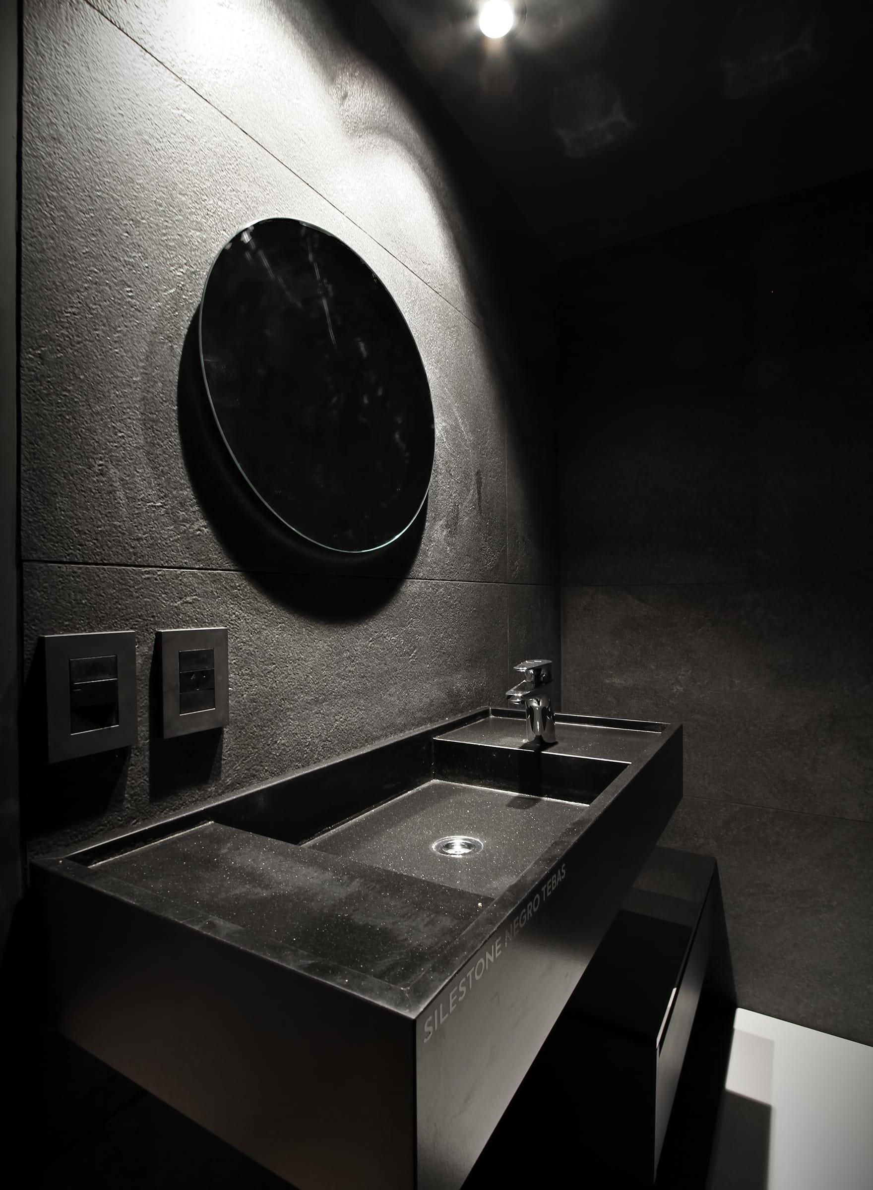 En el baño principal el negro es protagonista con el revestimiento Rocca Black Out (Vite Porcellanato) y la grifería Atlas para lavatorio de caño bajo (Roca).