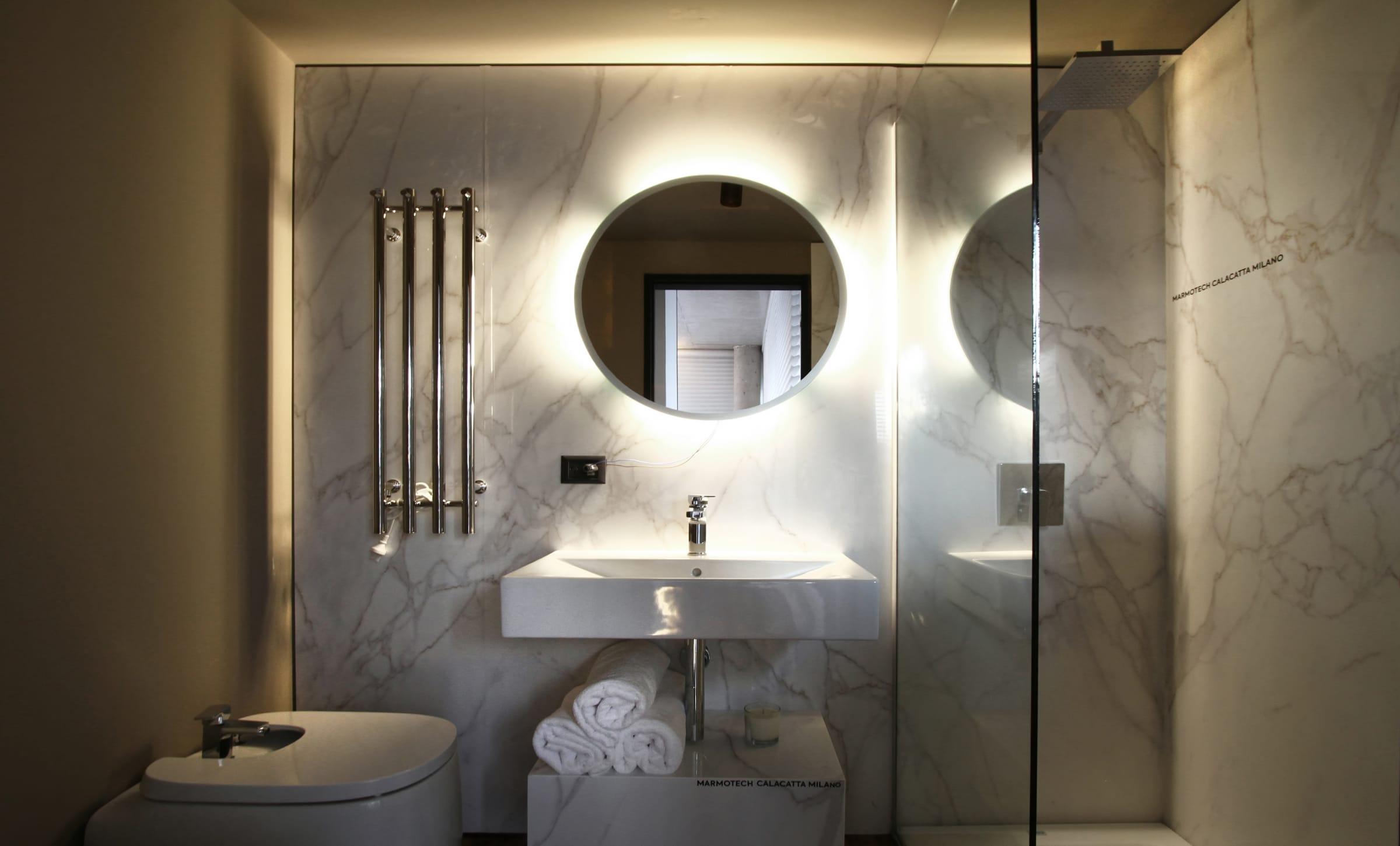 La experiencia de un Spa en el baño de la unidad diseñada por Gallego y Martos, con toalleros eléctricos de acero inoxidable Atrim.