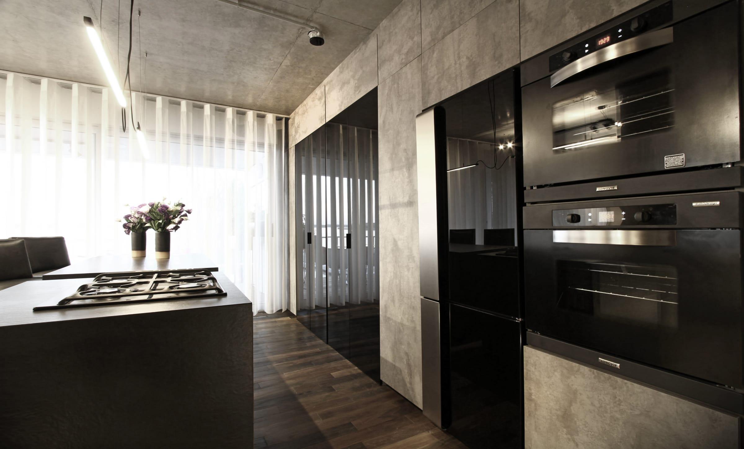 Los hornos empotrados y el anafe sobre la mesada de Longvie se integran perfectamente a la propuesta de cocina de Gallego y Martos.