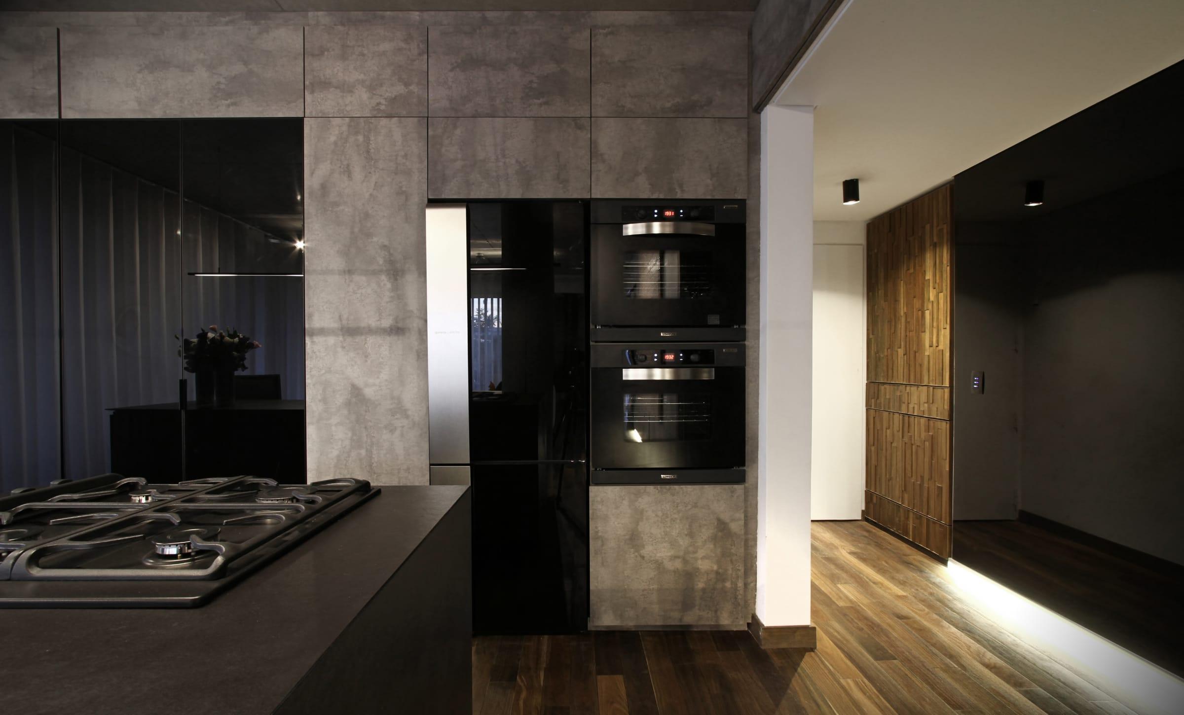 Los frentes del mobiliario de cocina de Gallego y Martos se resolvieron utilizando tableros de la línea Street de Faplac con textura estucada.