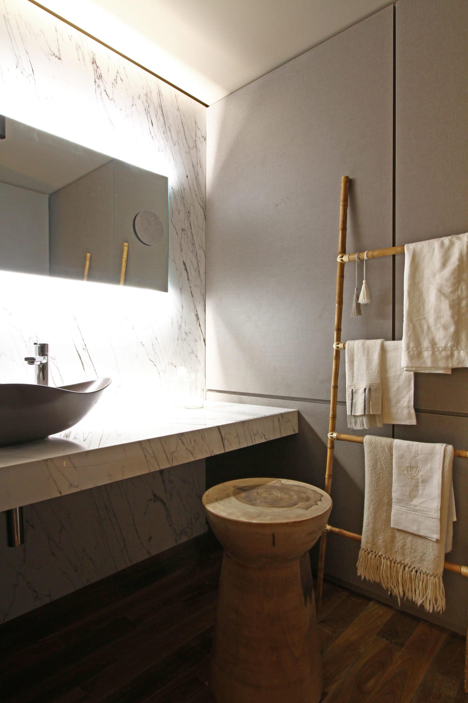 Toilette con mesada Marmotech Estuario Milano, Bacha Ruy Ohtake 540, color café y griferia Naia (Roca).