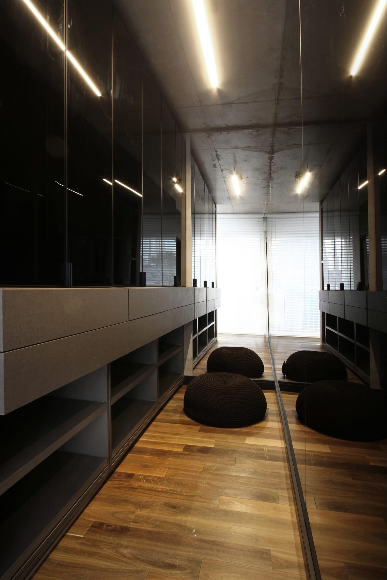 Vestidor con placa Seda Notte (Faplac) y piso multiestrato Colección Millenium Patagonia.