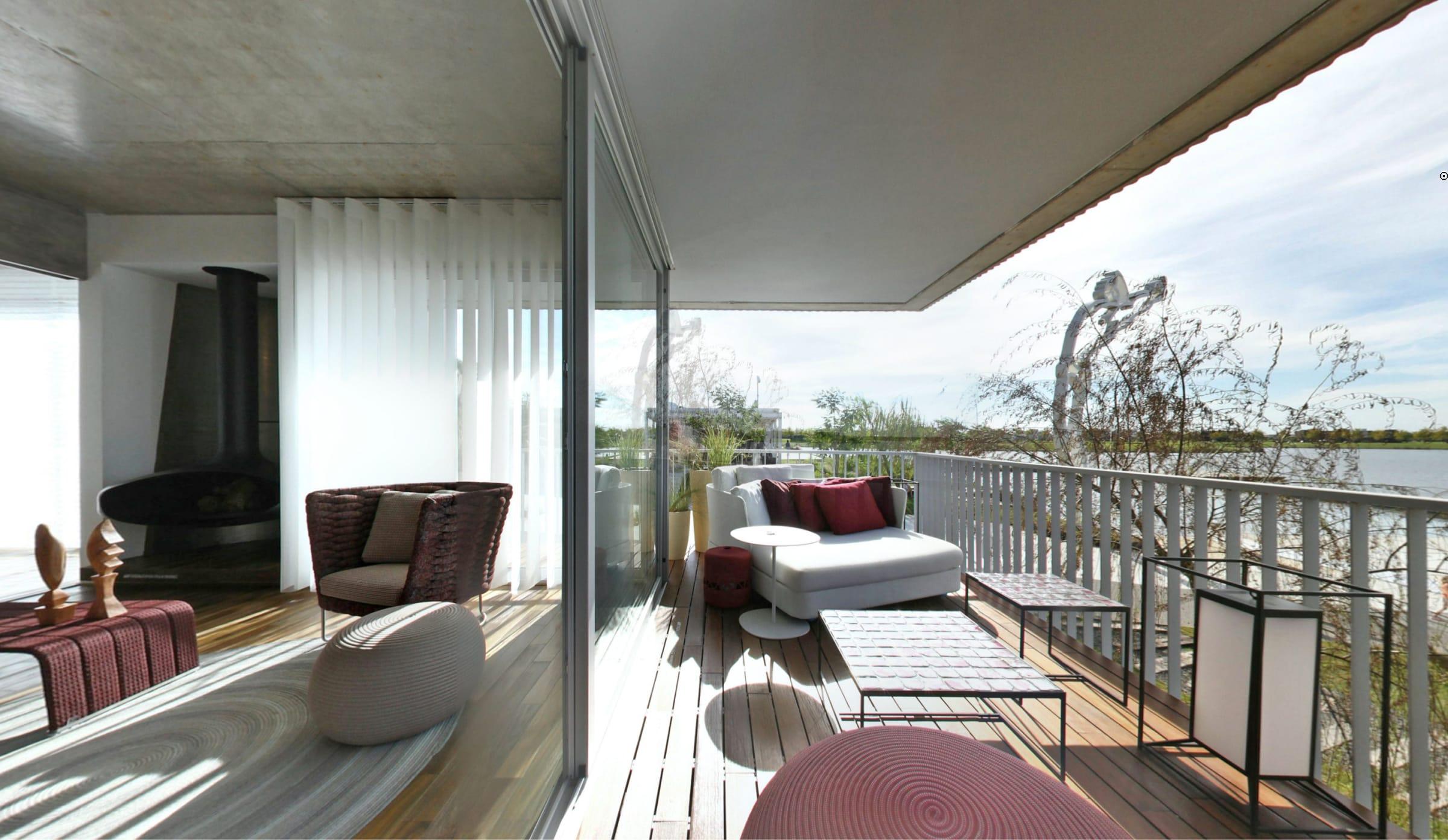 En el balcón aterrazado con vistas a la laguna de Puertos se destacan los muebles de autor de Paola Lenti.