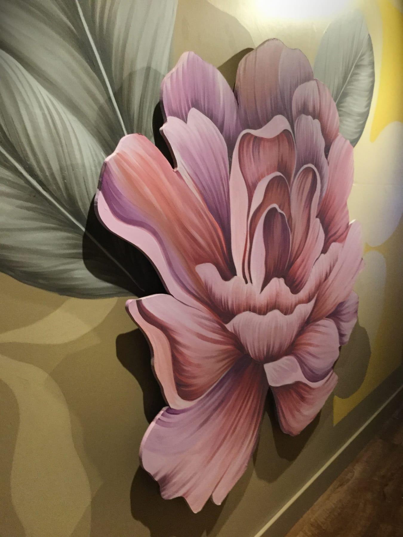 Los colores otoñales de la obra se relacionan a la época de la muestra. La tonalidad de fondo es 'Piedra Esculpida', el color del año de Alba.