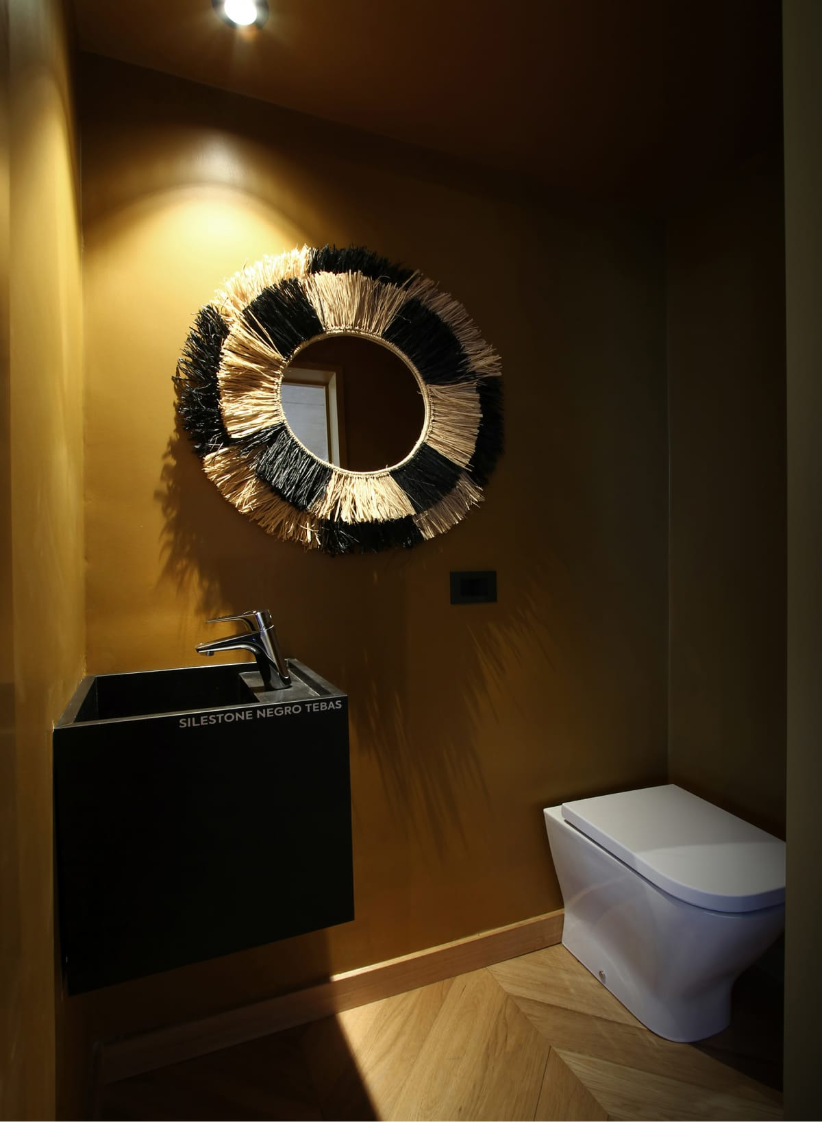 La pileta del toilette de Arenal Estudio está construida con Silestone, la  superficie de cuarzo de Cosentino. Su color Negro Tebas Suede genera un contraste cromático con el resto del ambiente.