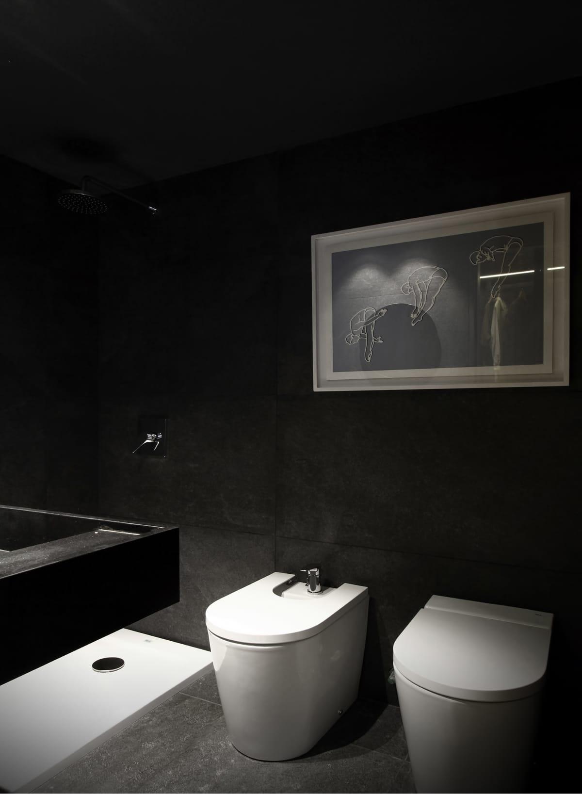 En el baño principal se destaca el revestimiento Marmotech Calacata Milano (Canteras del Mundo). Los artefactos son de la línea Beyond y la bacha Diverta 750 (Roca).