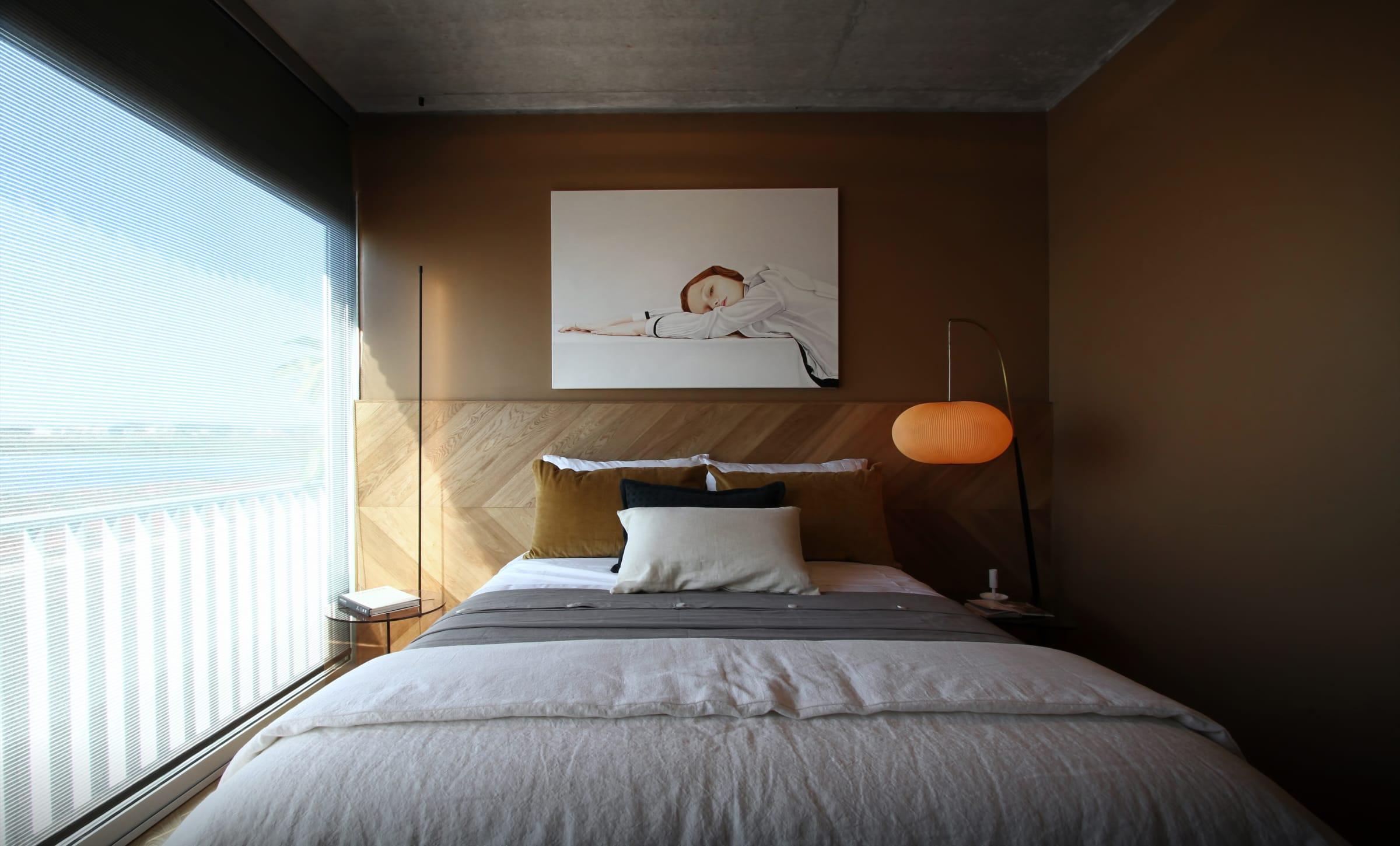 El tono cálido de la pared (Crème Brûlée, ALBA) y los revestimientos de madera de roble americano natural (Patagonia Flooring) crean un clima acogedor.