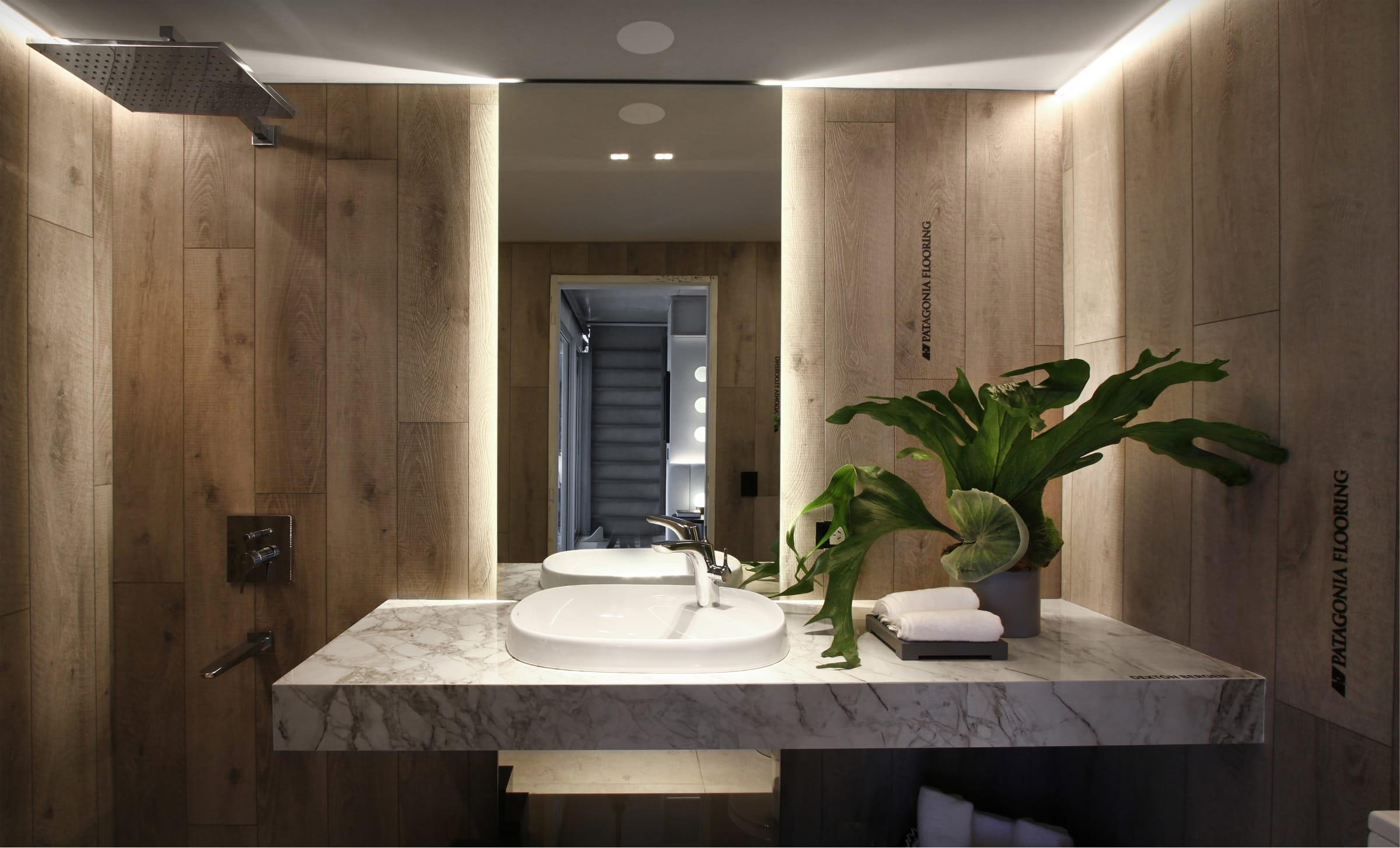 El revestimiento de madera resistente a la humedad, hasta en la ducha (Patagonia Flooring, Fusion Vinilum Ash Oak).