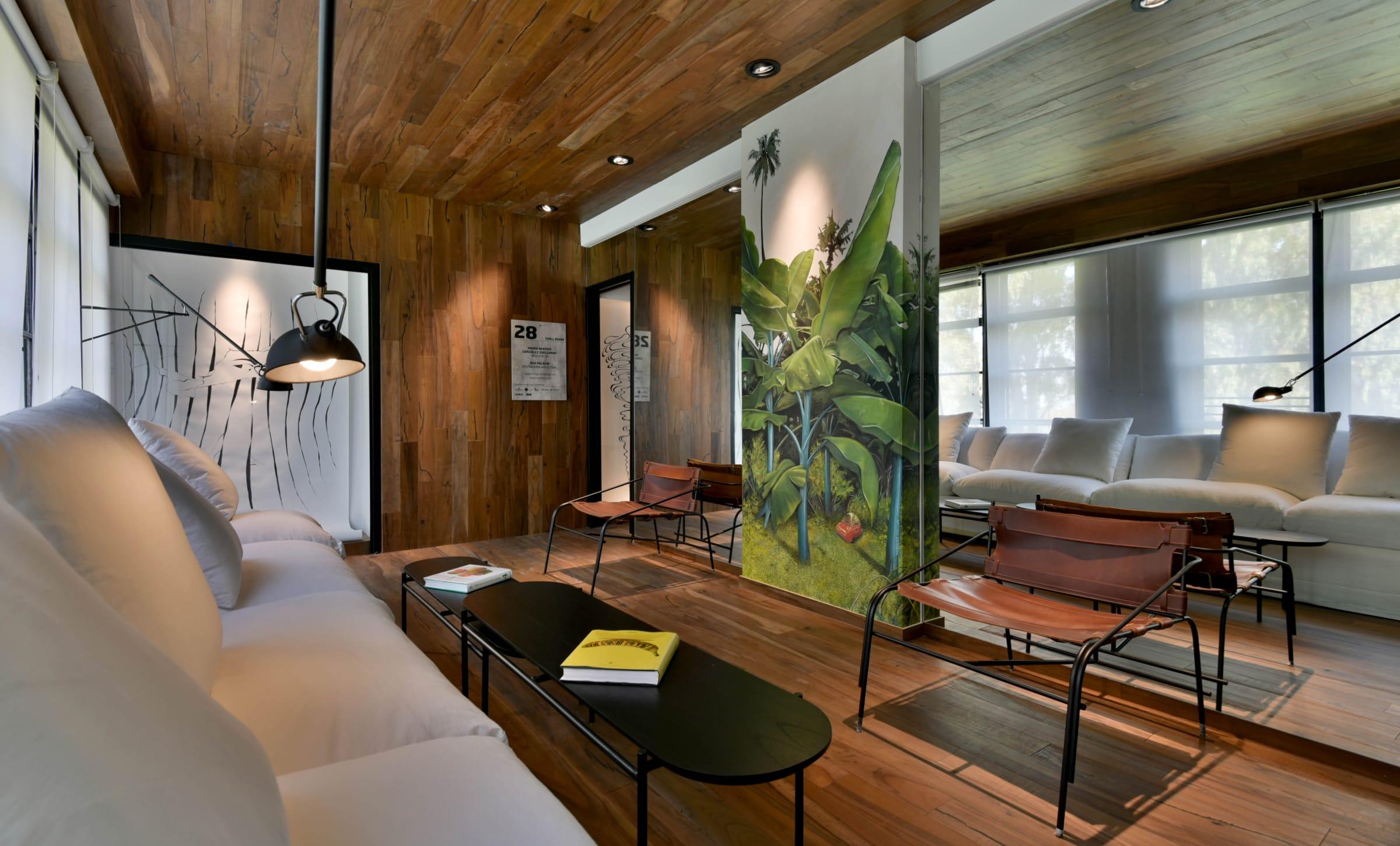 Chill Room,  María Beatriz González Zuelgaray, Casa FOA Círculo Olivos 2019. Un espacio flexible que transmite serenidad. Espejos para amplificar la sensación de profundidad y paneles decorativos corredizos para zonificar.